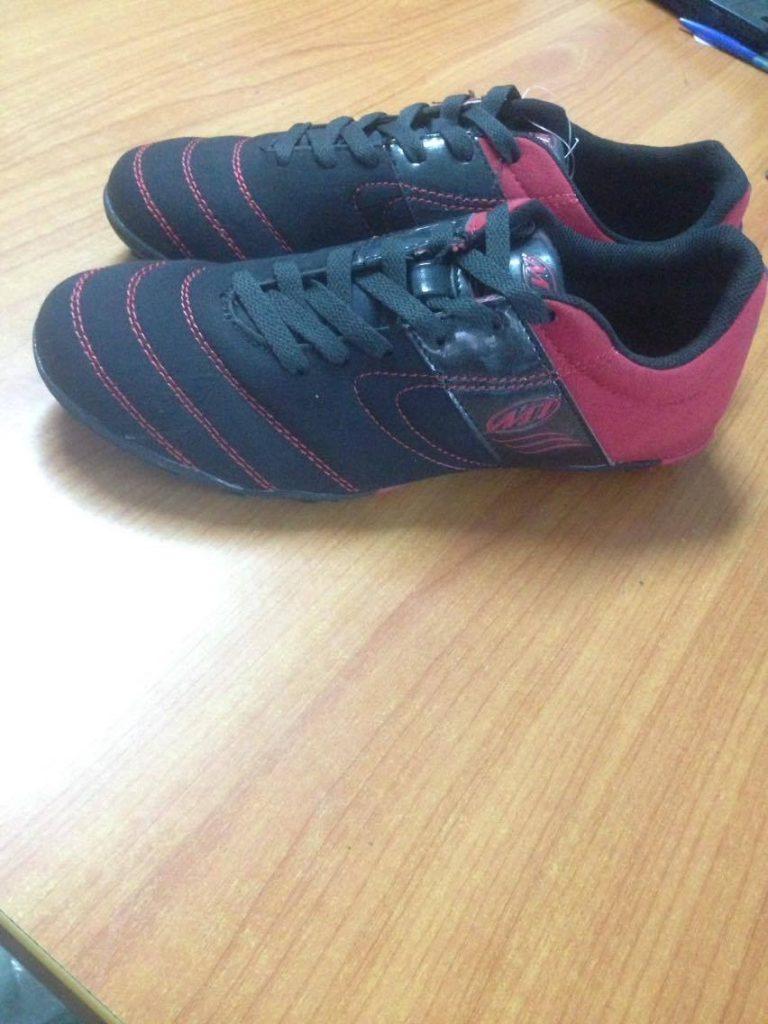 Giày bóng đá sân cỏ nhân tạo MT đen pha đỏ