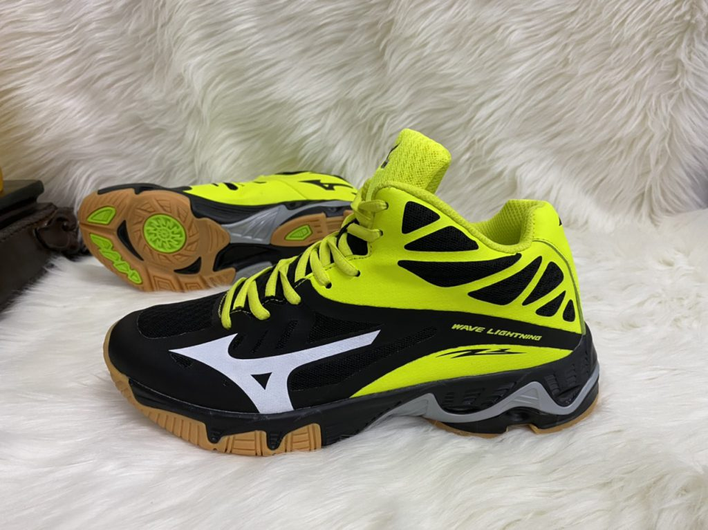 Giày bóng chuyền Mizuno màu đen pha vàng